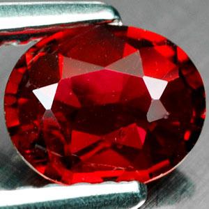 Roter Spinell in Ovaler Form im Facettenschliff